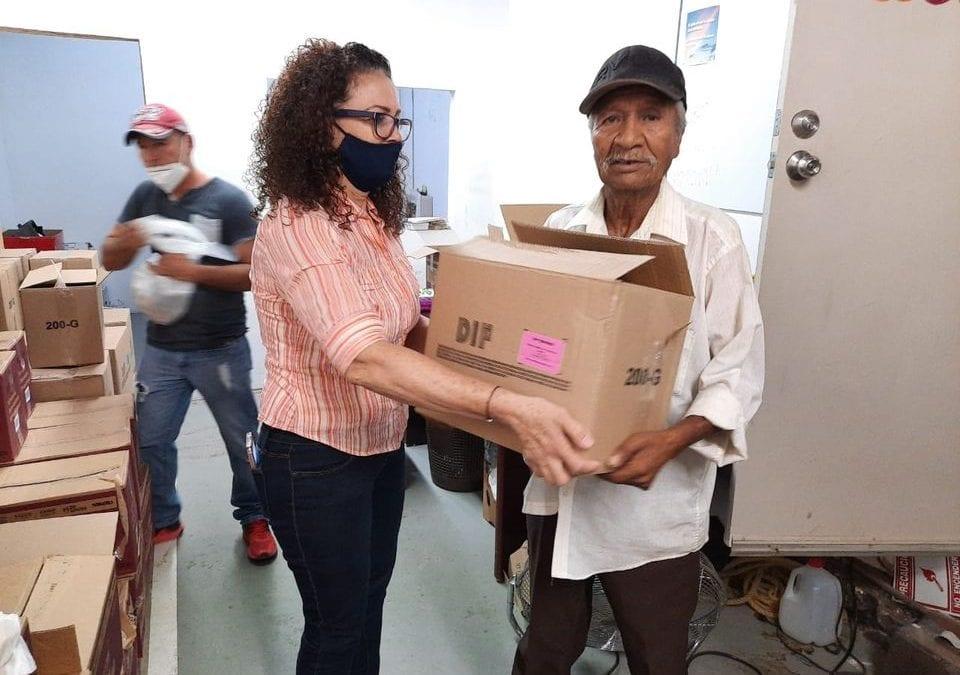 Entrega apoyos alimentarios DIF Municipal a población vulnerable.
