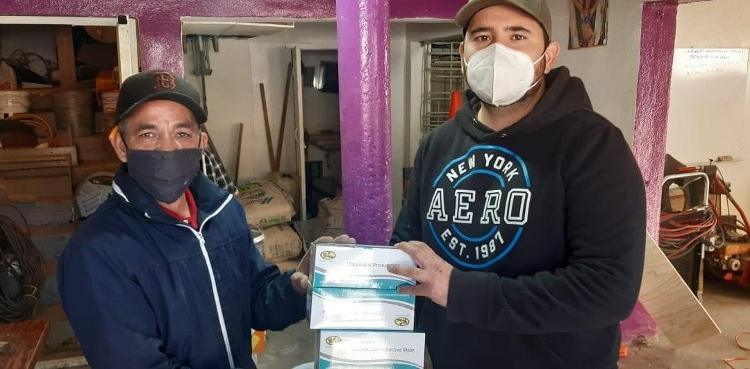 Entrega regidor equipo de protección personal a colaboradores del Gobierno Municipal de Cananea.