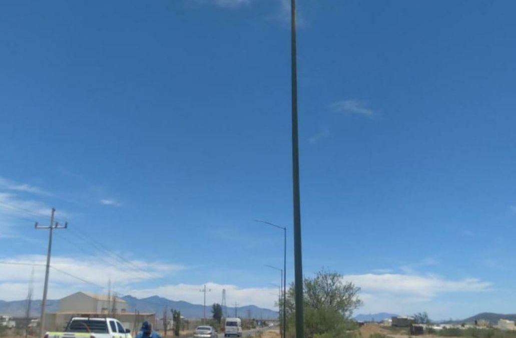 Instalacion de postes y luminarias en el camino de acceso a la Colonia Loma Residencial.