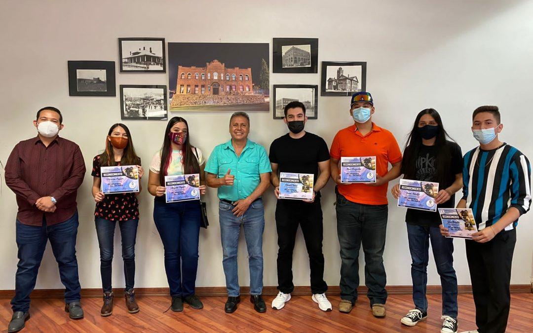 A manos del presidente municipal Eduardo Quiroga recibieron su reconocimiento los jóvenes participantes del concurso de fotografía #CananeaMeEncanta